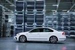 Спортивный седан: VW представил серийный Passat GT - фото 21