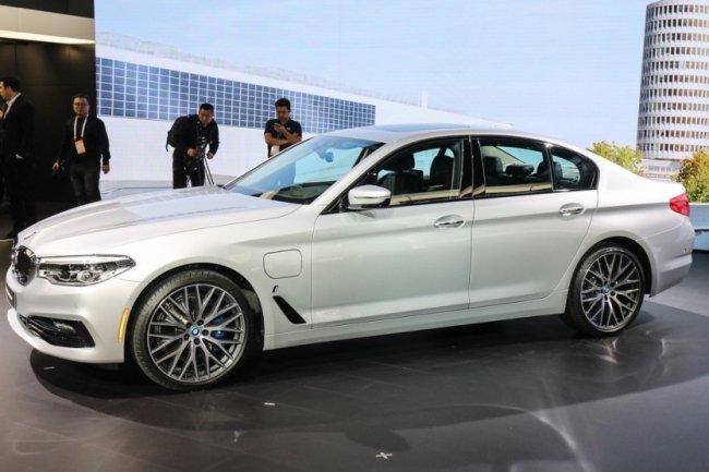 В Детройте дебютировал гибридный седан BMW 530e iPerformance