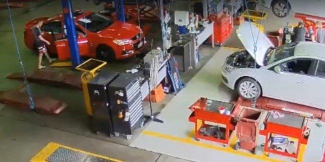 Видео: в Австралии угнали Holden. Из сервиса средь бела дня