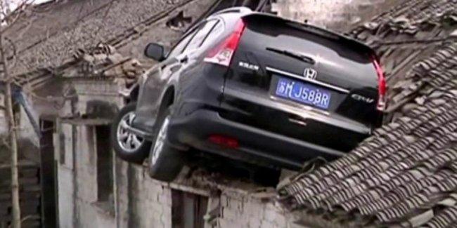 В Китае «Хонда» врезалась в крышу дома