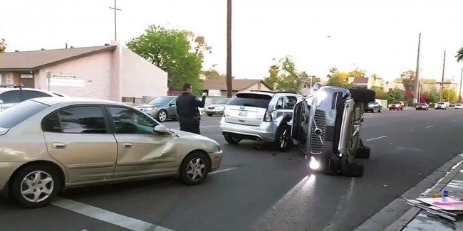 Беспилотник Uber попал в аварию и перевернулся