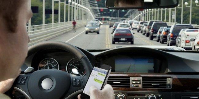 Эксперты выяснили, как часто люди используют смартфоны за рулем