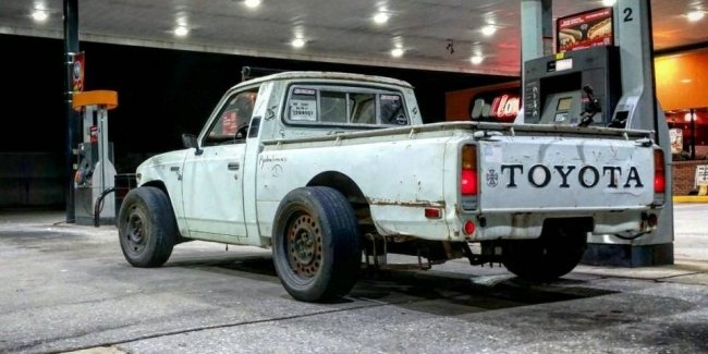 Американец превратил 40-летний пикап Toyota в хот-род с V8
