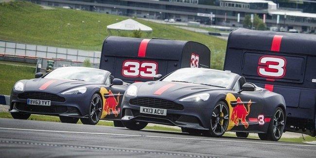 Видео: пилоты Формулы-1 на суперкарах уничтожают дома на колесах