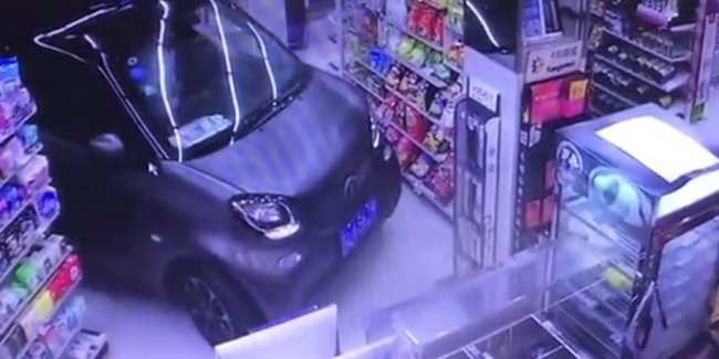 Китаец заехал на машине в магазин, чтобы не тратить время на парковку