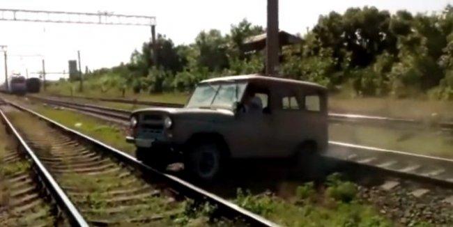 УАЗ против поезда: остались от козлика рожки да ножки