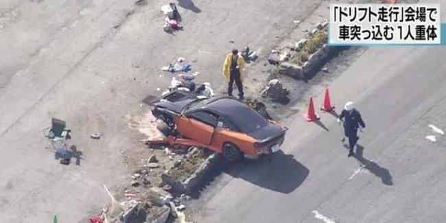 В Японии на соревнованиях по дрифту автомобиль протаранил толпу