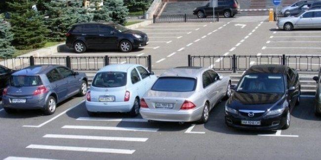 Незаконно припаркованные авто в Киеве будут эвакуировать