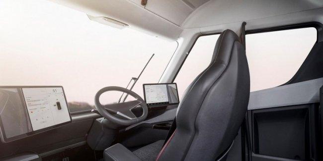 Блогер-шпион пробрался под грузовик Tesla и показал его начинку