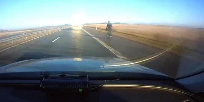 Полицейские остановили велосипедиста, который мчал на скорости 90 километров в час