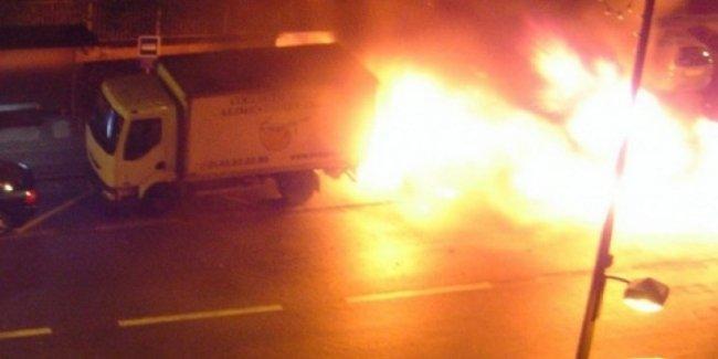 Вандалы традиционно устроили массовые поджоги автомобилей
