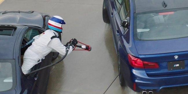 Компания BMW придумала систему дозаправки автомобилей в дрифте