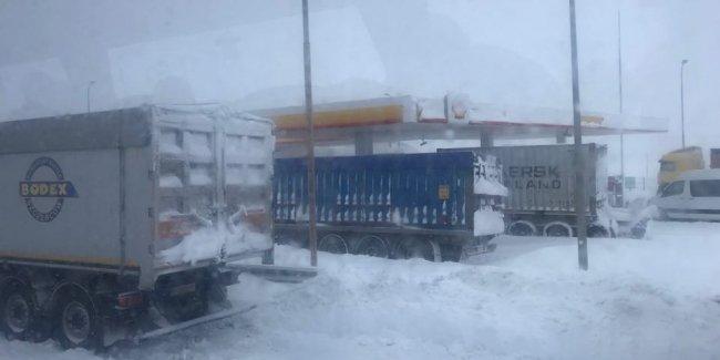 На трассе Киев-Одесса из-за снегопада образовалась пробка из фур