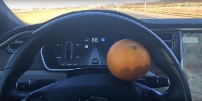 Владелец Tesla обманул систему автопилота с помощью апельсина