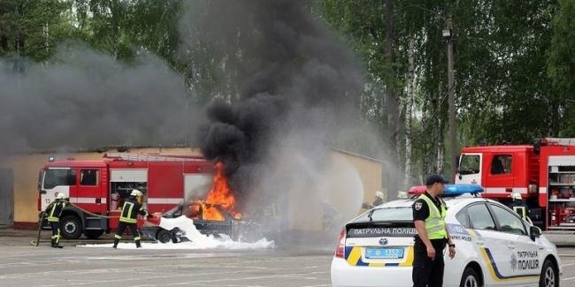 В Киеве прошли масштабные учения с пылающими авто и вертолетом