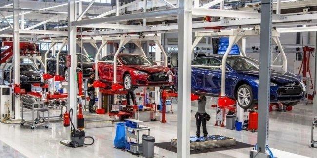 Tesla вынуждена остановить производство электрокаров