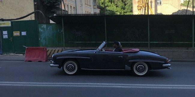 В Киеве замечен раритетный родстер Mercedes 50-х