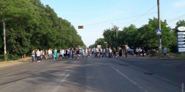 После смертельного ДТП одесситы перекрыли Тираспольское шоссе: требуют установить полноценный светофор