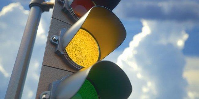 В Украине уже начали отменять мигающий желтый сигнал светофора