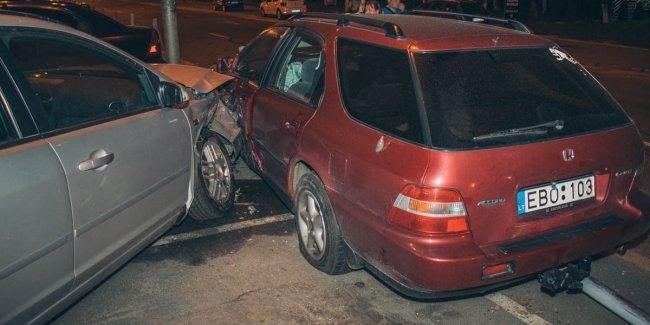 В Киеве у ТРЦ Dream Town пьяный водитель Honda на «евробляхах» разбил 7 машин