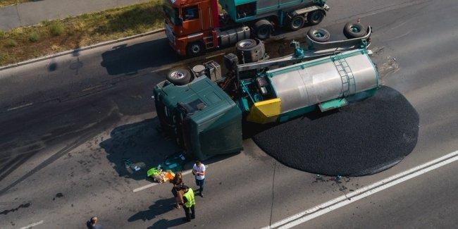 В Киеве перевернулся грузовик и залил дорогу горячим асфальтом