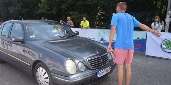 Авто на еврономерах чуть не сорвал престижную велогонку в Киеве
