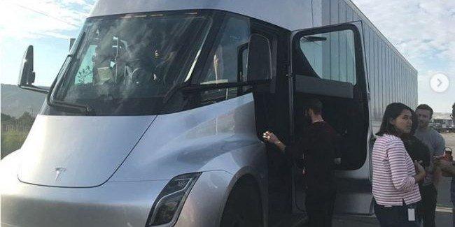 Грузовой автомобиль Tesla Semi вышел на дороги США