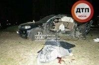 В Киеве на Оболони BMW X5 врезался в столб. Пассажир погиб. Водитель в реанимации