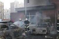 В спальном районе Киева взрывы уничтожили иномарки