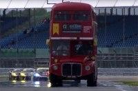 Даблдекер с пассажирами проехал по британской трассе Формулы-1