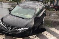 В Киеве автомобиль провалился в яму прямо на «зебре»