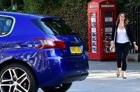 Peugeot открыла самый маленький дилерский центр в мире. Внутри телефонной будки
