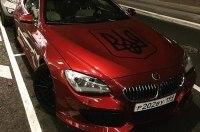 В центре Москвы блогер показал фото припаркованного БМВ с огромным трезубцем