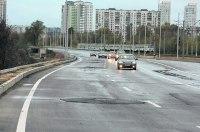 В Киеве на отремонтированных дорогах появляются новые ямы. Видео