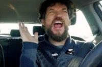 Водитель получил штраф за то, что пел за рулем