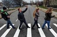 Пешеходов будут штрафовать за пользование смартфонами