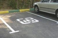 Украинская реальность: парковочные места для людей с инвалидностью «оккупированы» роскошными машинами