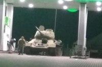Необычный клиент: на заправку под Киевом заехал танк времен Второй мировой