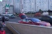 Бизнес идет хорошо: в Киеве заметили торговца медом на электромобиле Tesla