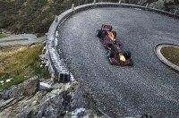 Видео: болид Формулы-1 едет по булыжному горному перевалу