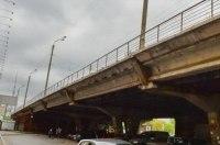 Под скандальным «уставшим» мостом застрял грузовик