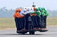 58 человек и один мотоцикл - новый рекорд индийской армии