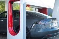 Немцы обвиняют компанию Tesla в завышении цен на электрокары