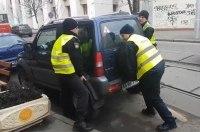 В Киеве патрульные подняли авто, спасая трамваи в заторе