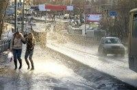 Полиция разыскивает водителя, окатившего пешеходов водой из лужи