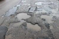 Сделали виноватым: копы забрали права у водителя, который повредил колесо в дорожной яме