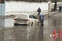 Оттепель в Украине стала причиной массового затопления автомобилей