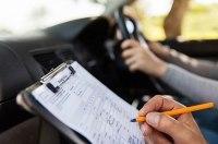 За попытку сдать экзамен по вождению за другого обоим грозит тюремный срок