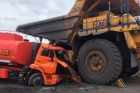 В Кузбассе женщина на «БелАЗе» случайно раздавила бензовоз