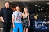 Tesla с доставкой на дом: Илон Маск лично привез Model 3 заказчику
